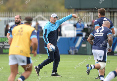 Director of Rugby for Montpellier Vern Cotter takes his players through the warm up before kick off