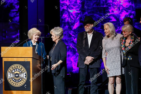 Barbara Gimble, Connie Smith. Barbara Gimble, left, accepts the medallion on behalf of her late husband, Johnny Gimble, from Connie Smith as family members look on at the 2018 Medallion Ceremony at the Country Music Hall of Fame and Museum, in Nashville, Tenn
