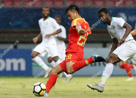 Wen Jiabao of China (L) in action during the AFC U-19 Championship soccer match between China and Saudi Arabia in Patriot Candrabaga Stadion in Bekasi, Indonesia, 23 October 2018.