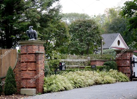 """The entrance to a house owned by philanthropist George Soros is seen in Katonah, N.Y., a suburb of New York City, . A device found outside the compound """"had the components"""" of a bomb, including explosive powder, a law enforcement official said Tuesday"""