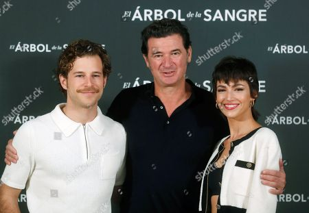 Julio Medem (C) poses for photographers with Spanish actors and cast members Alvaro Cervantes (L) and Ursula Corbero during the presentation of his latest film 'Arbol de la Sangre' (The Tree of Blood) in Madrid, Spain, 26 October 2018. The movie will premiere on 02 November.