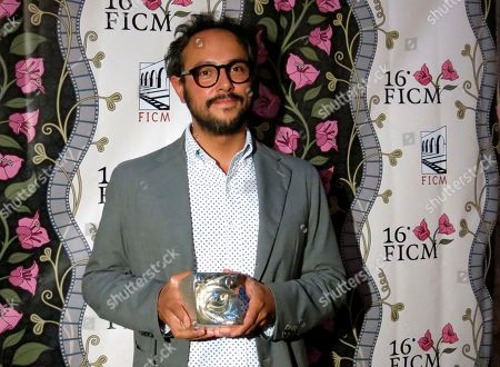 """Mexican producer Gerardo Gatica poses with the award for Best Director in place of the Mexican director Alonso Ruizpalacios for the film """"Museo"""" at the Morelia Film Festival, in Morelia, Mexico"""