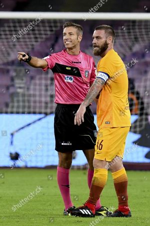 The  referee Davide Massa and  Roma's midfielder Daniele De Rossi during  italian Serie A soccer match between  SSc Napoli and   AS Roma  at the San Paolo stadium in Naples, Italy, 28 October 2018.