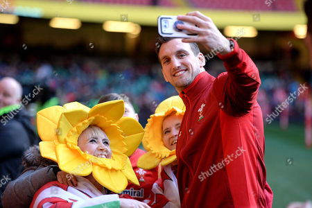 Sam Warburton with fans during training.