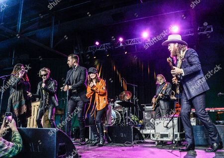 """Brothers Osborne T.J. Osborne and John Osborne are joined onstage by Jennifer Eddy, Shelby Lynn and Jessi Colter to perform """"Polk Salad Annie"""""""