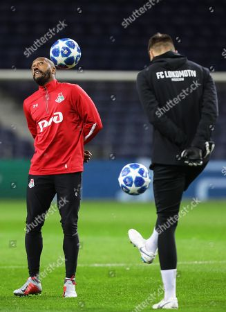 Lokomotiv Moscow's Manuel Fernandes (L) performs during his team's training session in Porto, Portugal, 05 November 2018. Lokomotiv Moscow will face FC Porto in their UEFA Champions League group D soccer match on 06 November 2018.