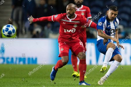 FC Porto's Corona (R) in action against Lokomotiv Moscow's Manuel Fernandes during their Champions League group D soccer match, held at Dragao stadium, Porto, Portugal, 6 November 2018.