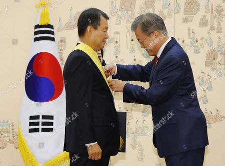 South Korean President Moon Jae-in (R) confers a state medal on Lee Jin-sung (L), a retired chief justice of the Constitutional Court, at the presidential office Cheong Wa Dae in Seoul, South Korea, 07 November 2018. Lee and other former justices of the court, who were also given state merits for their services, retired last month after serving out their six-year terms.