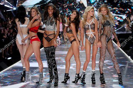 Ming Xi, Grace Elizabeth, Cindy Bruna, Sara Sampaio, Stella Maxwell and Romee Strijd on the catwalk