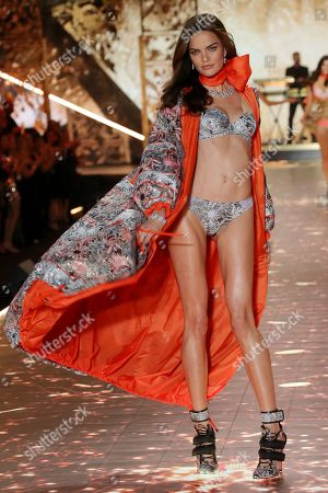 Barbara Fialho on the catwalk