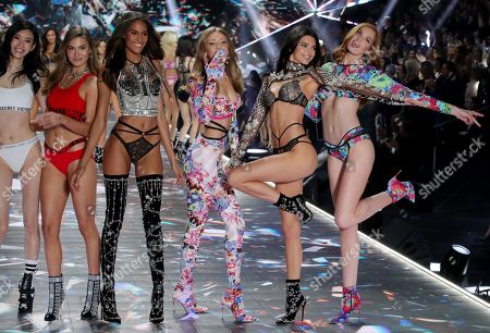 Ming Xi, Grace Elizabeth, Cindy Bruna, Gigi Hadid, Kendall Jenner and Alexina Graham on the catwalk