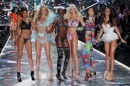 Jourdana Phillips, Megan Williams, Grace Bol, Devon Windsor, Liu Wen and Gizele Oliveira on the catwalk