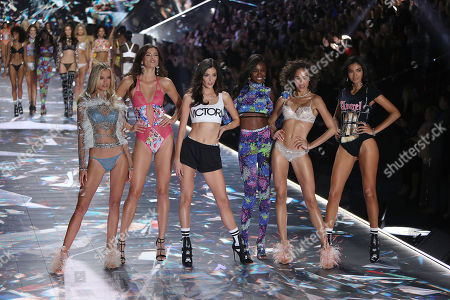 Frida Aasen, Sofie Grace Rovenstine, Sadie Newman, Leomie Anderson, Alanna Arrington and Kelly Gale on the catwalk