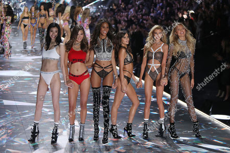 Grace Elizabeth, Cindy Bruna, Sara Sampaio, Stella Maxwell, and Romee Strijd on the catwalk