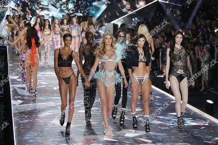 Jourdana Phillips, Grace Bol, Megan Williams, Lameka Fox, Bella Hadid, and Sui He on the catwalk