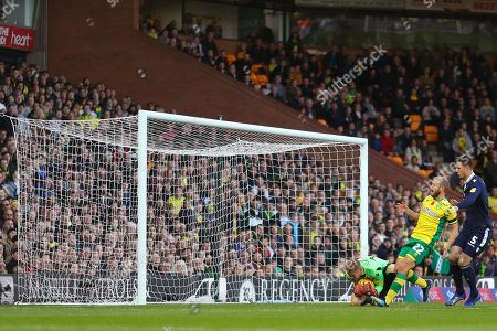Ben Amos of Millwall gathers the ball under pressure from Teemu Pukki of Norwich City - Norwich City v Millwall, Sky Bet Championship, Carrow Road, Norwich - 10th November 2018