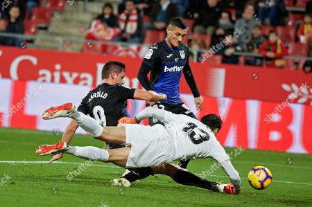 CD Leganes' Argentiniam striker Guido Carrillo (L) duels for the ball with Girona's Moroccan goalkeeper Yassine Bounou (front) during their Spanish Liga Primera Division soccer match played at Montillivi stadium, in Gerona, Spain, 10 November 2018.