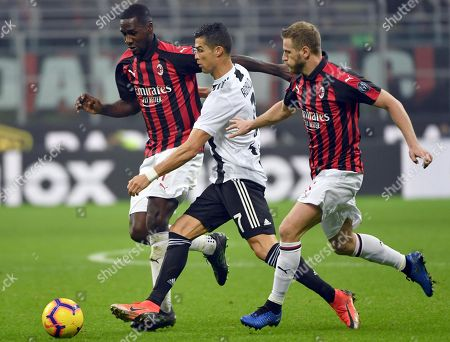 Juventus' Cristiano Ronaldo (C) in action against Milan's Cristian Zapata (L) and Ignazio Abate during the Italian Serie A soccer match between AC Milan and Juventus FC at Giuseppe Meazza stadium in Milan, Italy, 11 November 2018.