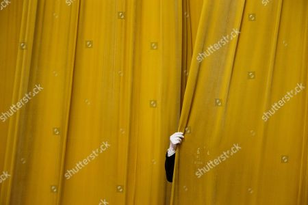 A security official closes a curtain at the Great Hall of the People before a meeting between former U.S. Secretary of State Henry Kissinger and Chinese President Xi Jinping (not pictured) in Beijing, China, 08 November 2018.