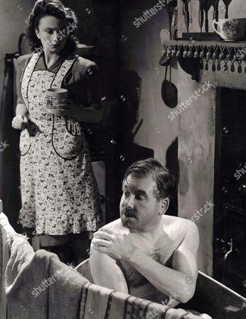 1947, Il pleut toujours le dimanche, Googie Withers, Edward Chapman, Robert Hamer, Ealing, Scene Still, Portrait,