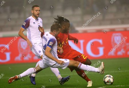 Belgium's Michy Batshuayi, right, view for the ball with Iceland's Kari Arnason, center, during the UEFA Nations League soccer match between Belgium and Iceland at the King Baudouin stadium in Brussels