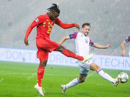 Michy Batshuayi of Belgium (L) and Kari Arnason of Iceland fight for the ball during the Nations League soccer match, League A, Group 2, between Belgium and Iceland at the King Baudouin stadium in Brussels, Belgium, 15 November 2018.