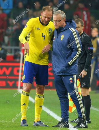 Sweden's Andreas Granqvist, left, talks to Sweden's head coach Jan Andersson during the UEFA Nations League soccer match between Turkey and Sweden in Konya, Turkey