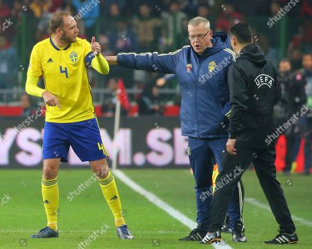 Sweden's head coach Jan Andersson, centre, gestures to Sweden's Andreas Granqvist during the UEFA Nations League soccer match between Turkey and Sweden in Konya, Turkey