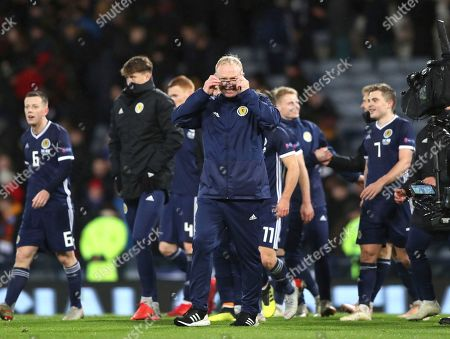 Scotland's head coach Alex McLeish, centre, celebrates with his players their victory during the UEFA Nations League soccer match between Scotland and Israel at Hampden Park, in Glasgow, Scotland
