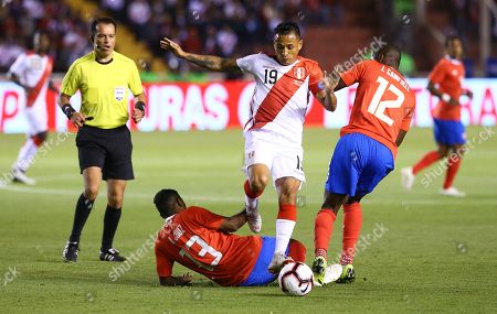 Peru's Yoshimar Yotun (C) vies for the ball with Costa Rica's Giancarlo Gonzalez (L) and Joel Campbell (R) during the international soccer friendly between the national soccer teams of Peru and Costa Rica at the stadium of Universidad San Agustin (UNSA) in Arequipa, Peru, 20 November 2018.