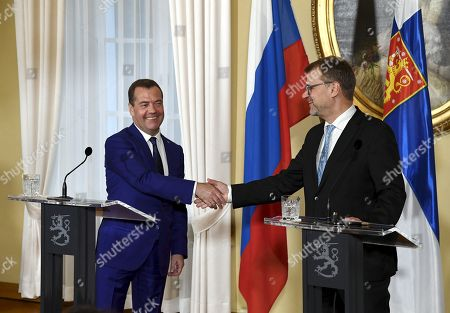 Finnish Prime Minister Juha Sipila and Russian Prime Minister Dmitry Medvedev shaking hands during a joint presser