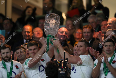 Co-captains of England Owen Farrell and Dylan Hartley raise the Cook cup after beating Australia 37-18