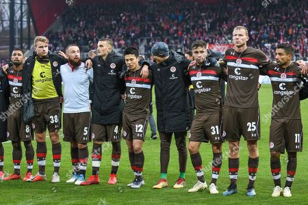 v-l-n-r  #p8,Florian Carstens (FC ST Pauli #38), Marvin Knoll (FC ST Pauli #5), Philipp Ziereis (FC ST Pauli #4),Ryo Miyaichi (FC ST Pauli #12),Ersin Zehir (FC ST Pauli #31),Henk Veerman (FC ST Pauli #25),Sami Allagui (FC ST Pauli #11),, SSV Jahn Regensburg - FC St. Pauli, Football, 2.Bundesliga, 25.11.2018