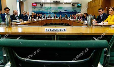 Un grupo de parlamentarios de distintos países se reúnen y destacan el asiento vacío que habían reservado para el director de Facebook Mark Zuckerberg, en Londres, el 27 de noviembre del 2018. Foto cortesía de la Cámara de los Comunes de Inglaterra