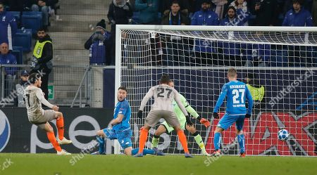 Donetsk's Taison (L) scores the 3-2 lead during the UEFA Champions League Group F round match between TSG 1899 Hoffenheim and FC Shakhtar Donetsk in Sinsheim, Germany, 27 November 2018.
