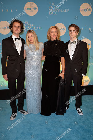 Tea Leoni and family