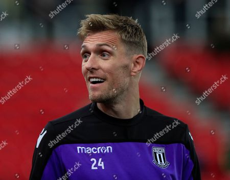 Darren Fletcher of Stoke City warms up for the game